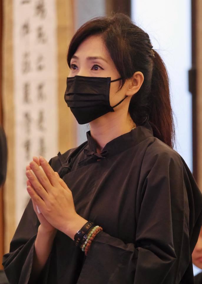方季惟2日在母親告別式上淚流滿面。圖/摘自臉書