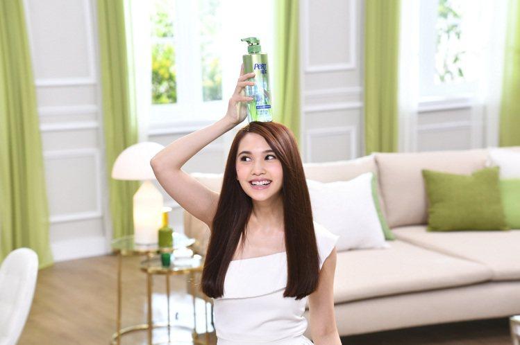 楊丞琳拍攝飛柔全新廣告,自然不做作的個性展露無遺。圖/飛柔提供