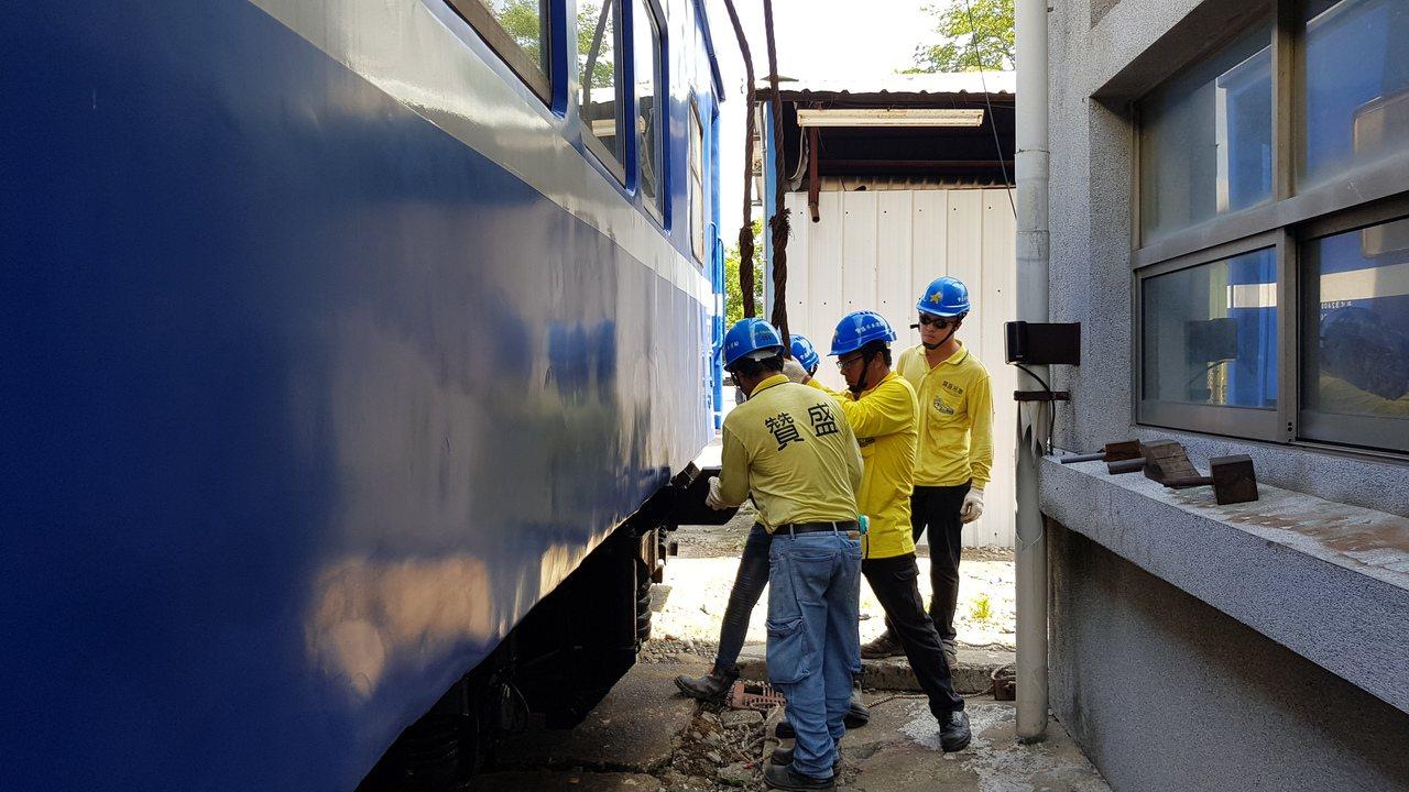 苗栗市公所向台鐵購買柴電機車頭及平快車廂,將擺在功維敘隧道南口附近,上午進行吊掛...