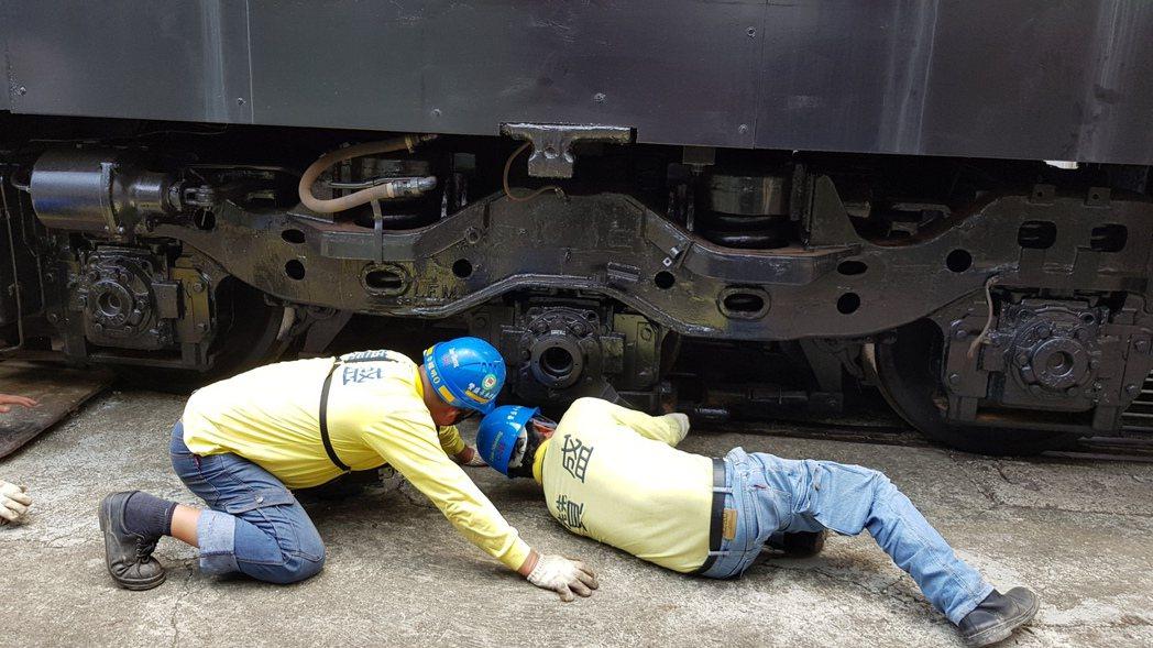 苗栗市公所向台鐵購買柴電機車頭及平快車廂,將擺在功維敘隧道南口附近,上午吊掛,因...