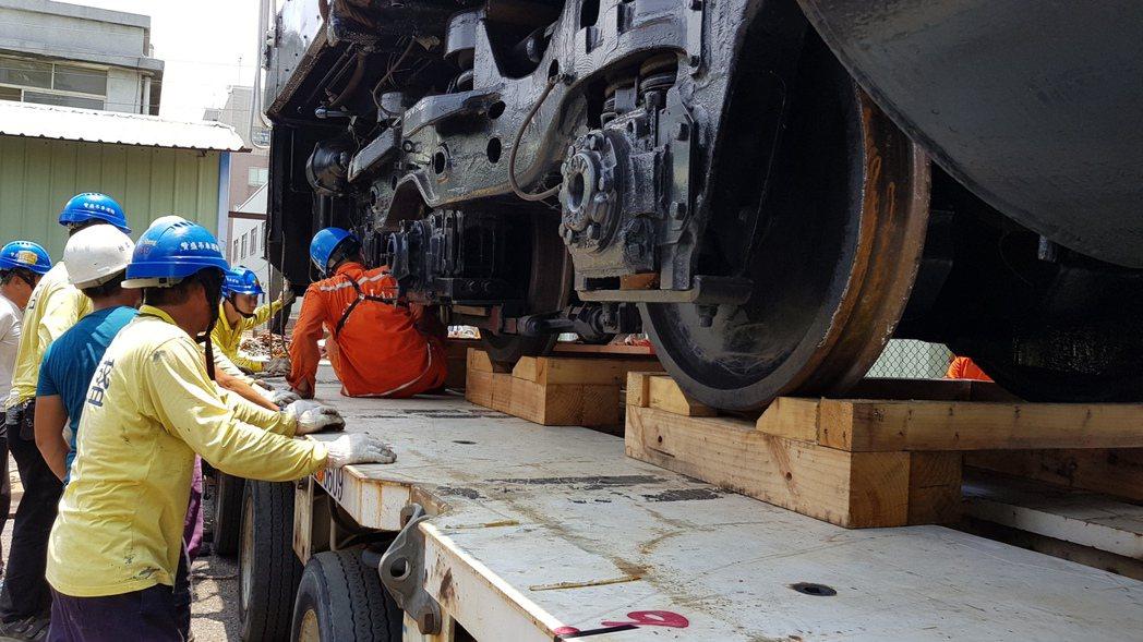 苗栗市公所向台鐵購買R46柴電機車頭及32400型客車車廂,將擺在功維敘隧道南口...