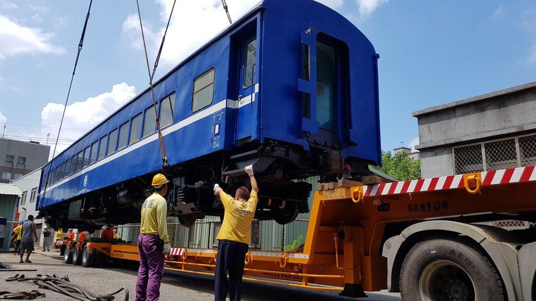 苗栗市公所向台鐵購買柴電機車頭及平快車廂,將擺在功維敘隧道南口附近,上午吊掛,吸...
