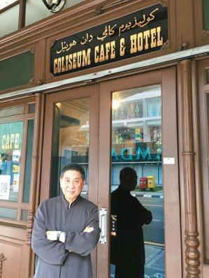 白先勇攝於吉隆坡老餐館「歌梨城」門口。 圖片提供/何華