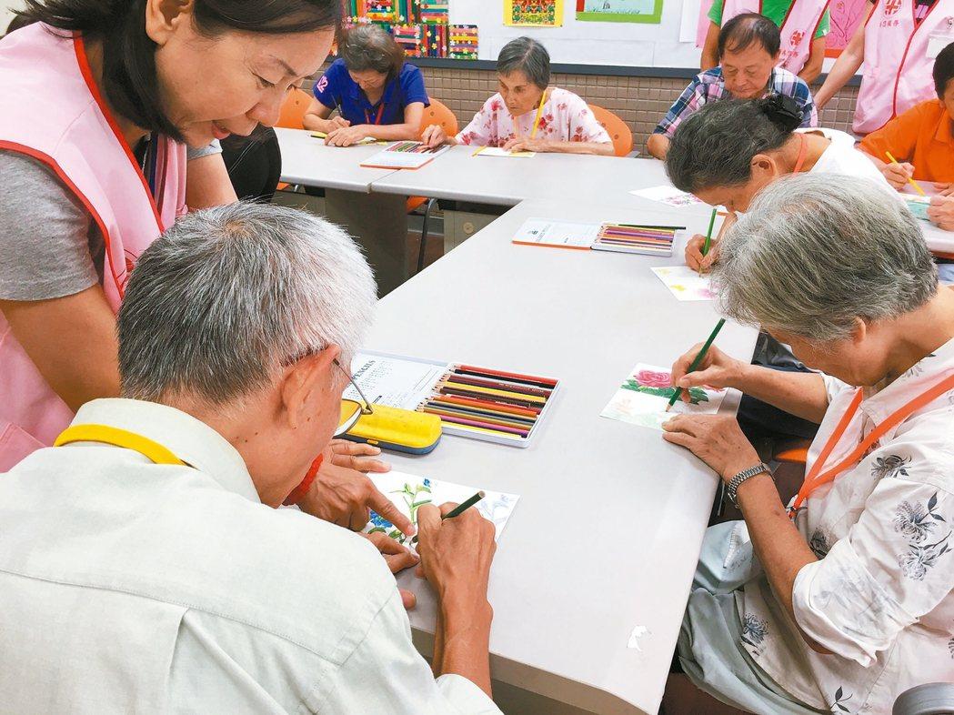 亞東醫院成立長照樂智社區服務據點3年多,讓許多長輩快樂學習。 記者林麒瑋/攝影