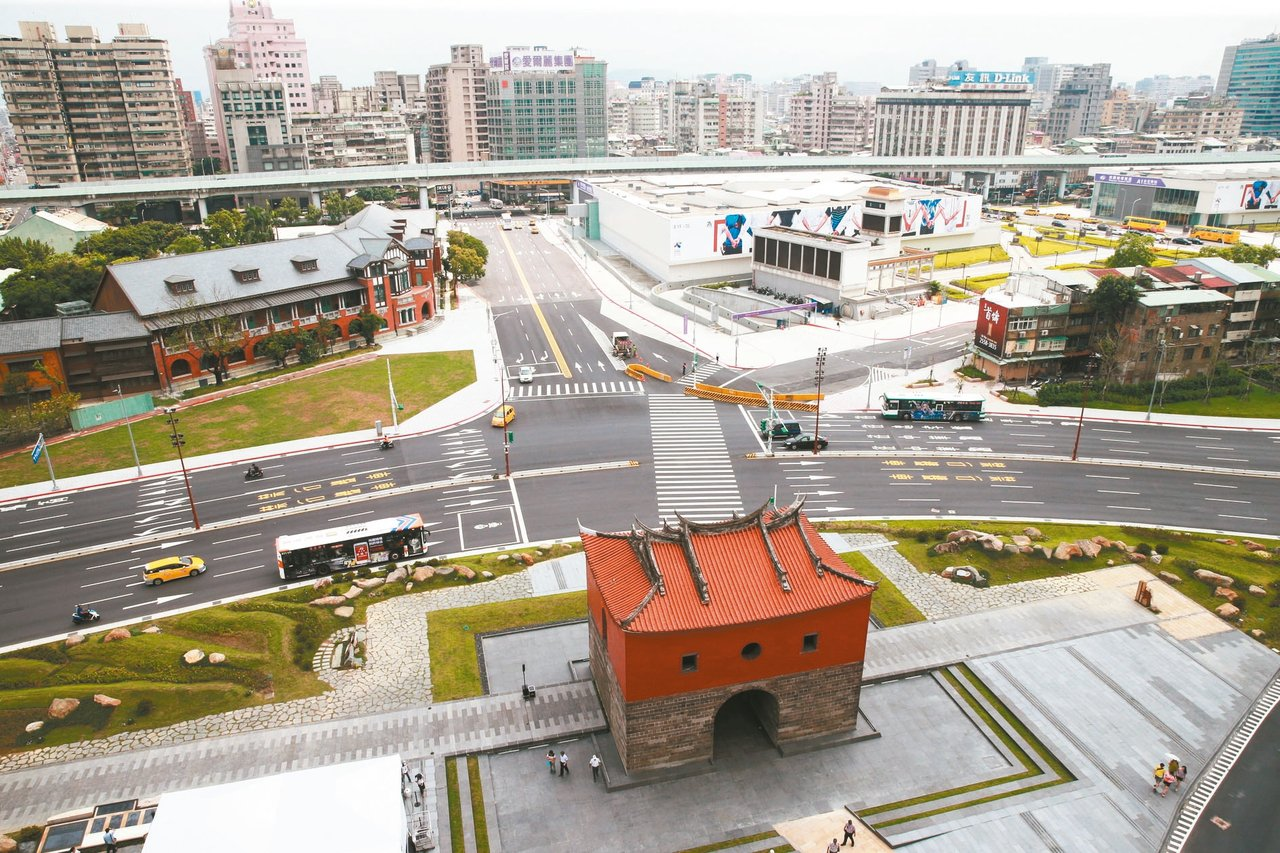 經由歷史、建築學者導覽解說及AR擴增實境體驗,帶領大家重溫台北建城歷史。 記者黃...