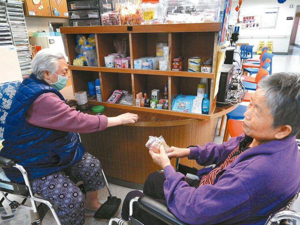 阿珠嬤(左)失智後總惦記著夫兒,吵著顧店,埔基開柑仔店讓她當店長。 記者賴香珊/...