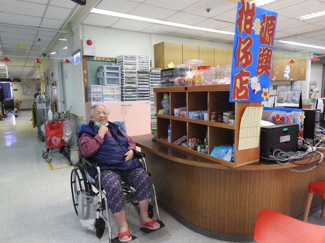 年逾八旬的阿珠嬤過去開店,店名就是「源興」,如今老了在院內開店仍沿用舊店名。 記...