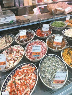 義大利街角的熟食店,一如台灣市場裡可見到的熟食店那般。 圖/毛奇