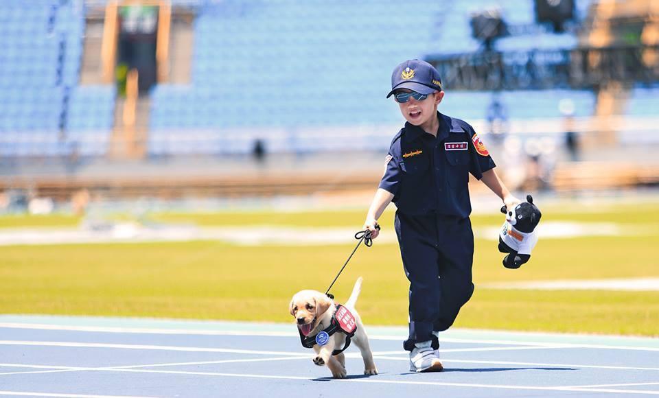 新北市警犬隊6小萌也加入世大運的準備工作,跟著去世大運場館見習。 圖/NPA署長...