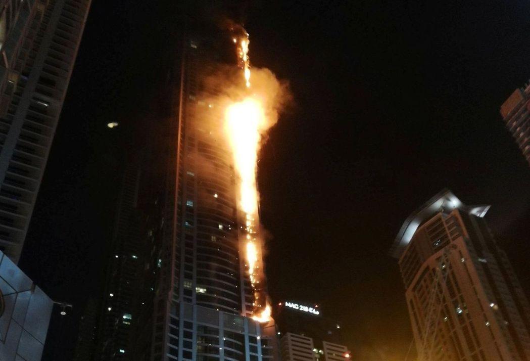 阿拉伯聯合大公國杜拜的高樓「火炬塔」今天凌晨又發生大火。 路透