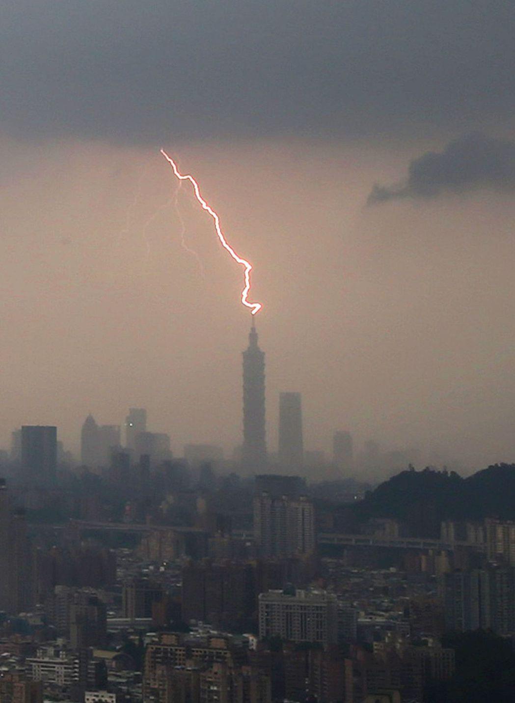 雷神索爾降臨101上空!? 上半年,全國共有1萬4084次雷擊。 報系資料照片