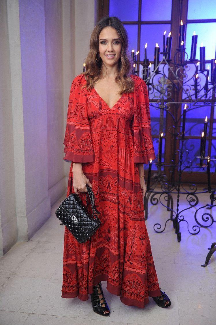 即使出席品牌活動,潔西卡艾芭也常挑選比較接近波西米亞風格的禮服。圖/VALENT...