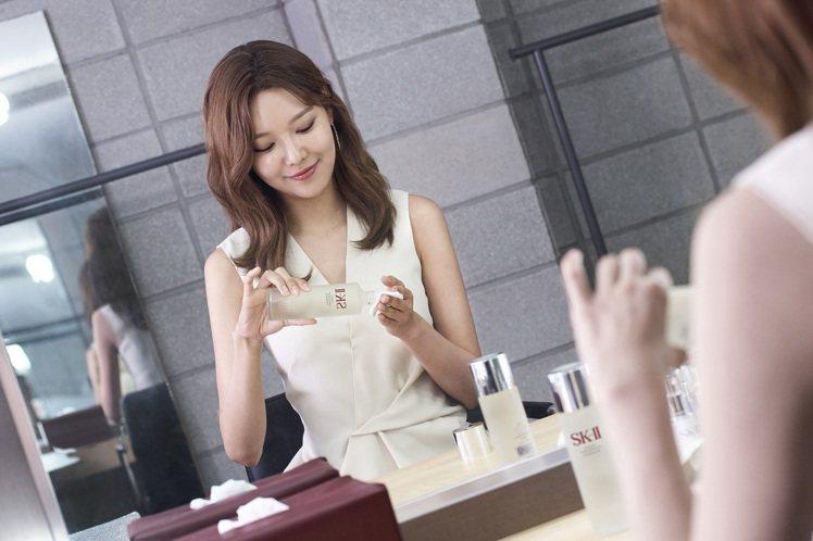 少女時代崔秀英跨界挑戰大勢韓劇,鏡頭下美肌零死角。圖/SK-II提供