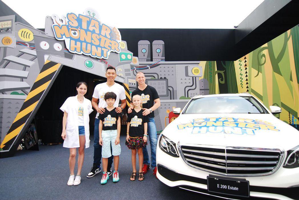台灣賓士售後服務處副總裁Thorsten Strein施韜騰與其女兒(右)與藝人黑人與童星Lucas駱炫銘(中),還有一名女主持人(左)。記者林昱丞/攝影