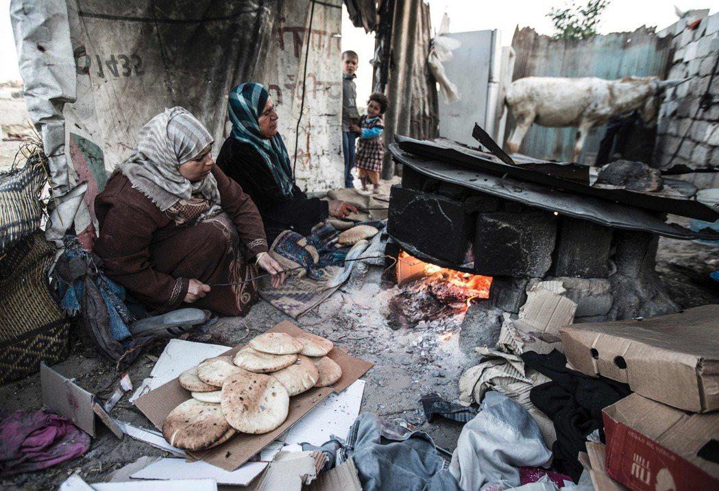 今年6月初,以色列答應巴勒斯坦自治政府主席阿巴斯的請求,對加薩走廊減少40%的電...