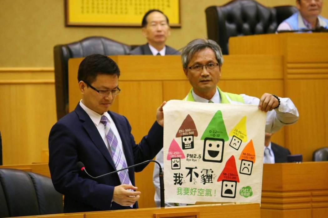 林世賢(右)在議會建議縣長魏明谷(左)應積極協助台化轉型,還給市民乾淨空氣。 圖...