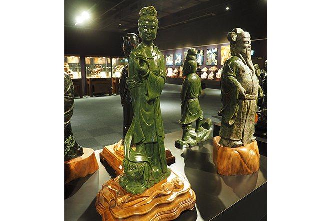 580多尊台灣玉雕像。這批玉雕是由40幾年前的玉匠所雕,最大的有一人高,每尊玉石...
