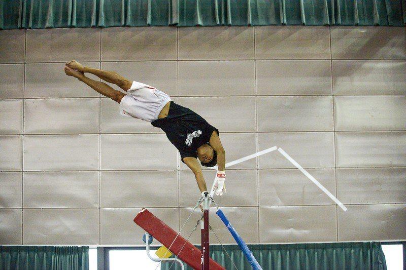 今年首度參加世大運的年輕體操好手唐嘉鴻,擅長單槓與地板項目,最享受在空中騰飛的感...