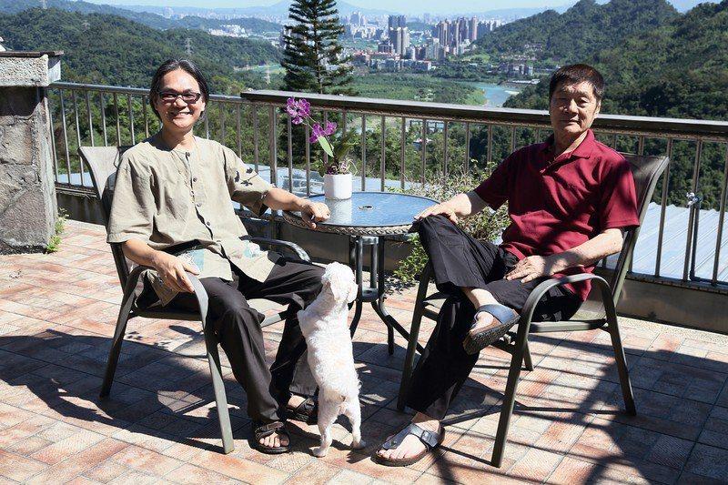 「台灣週一無肉日」總召張祐銓(左) 與「荒野基金會」董事長徐仁修(右)。