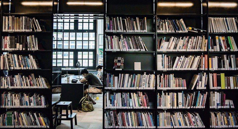 在虛擬當道的年代,我們仍需要實實在在的圖書館。