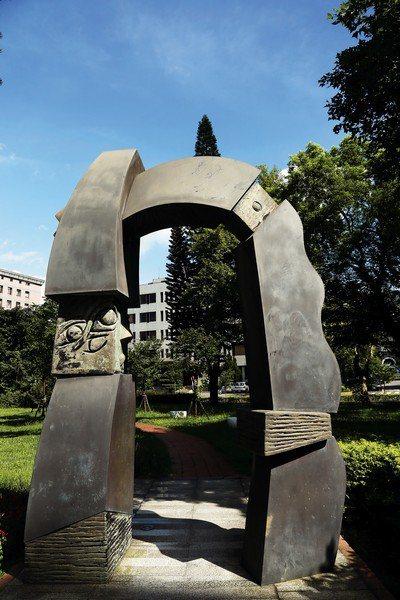 位於中央研究院基因體研究中心前的《生命的樂章》,組合白大理石、青銅、黃銅等素材,...