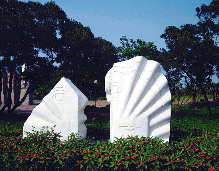 位在台中市鐵砧山雕塑廣場的作品《儷人行》,融合具象與抽象元素。 (郭清治提供)