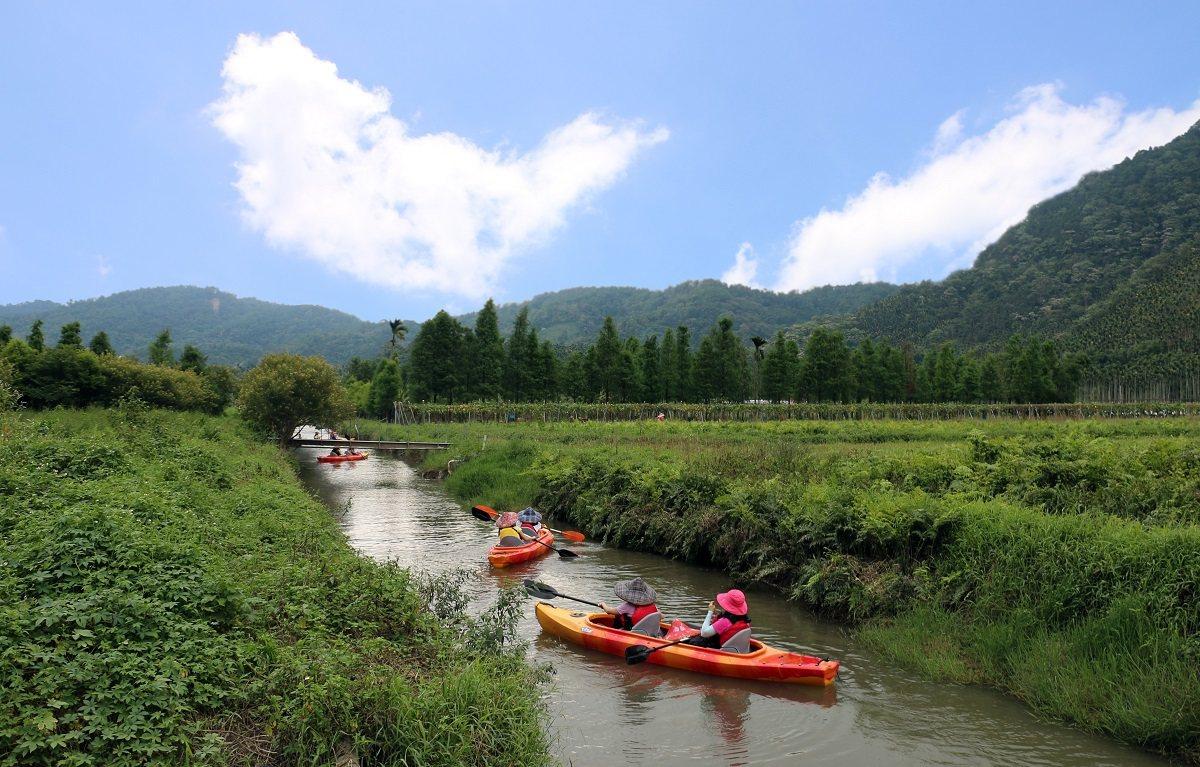 頭社盆地的村民變身輕艇教練,帶領遊客泛舟於頭社大排上,遍覽田園風景。 楊育禎