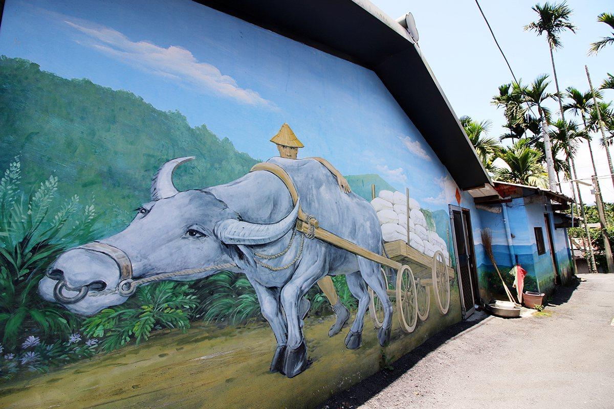 頭社的農村彩繪牆上有一隻3D牛,走到任一角度都會覺得牛在看你呢! 楊育禎