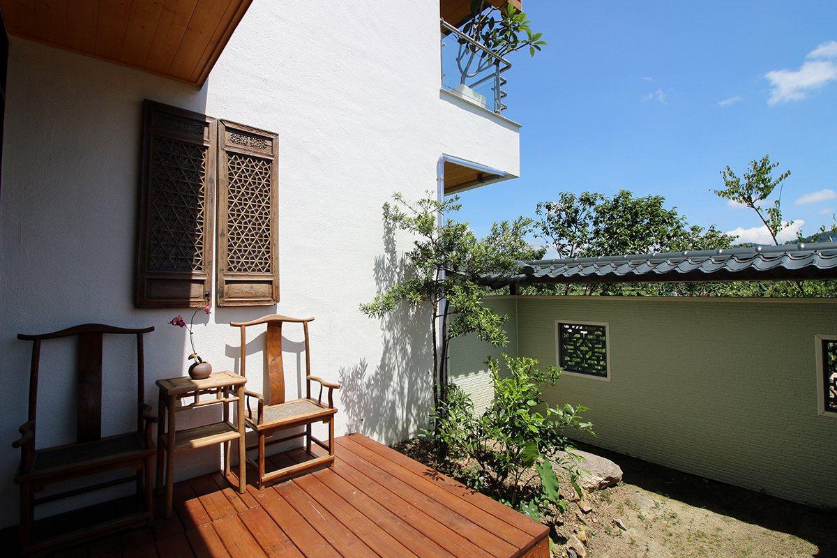 「散步的雲生態民宿」的客房間間不同,還設有陽台可賞景發呆 楊育禎