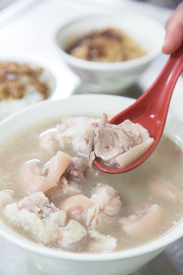 豬腳內用每人100元起/熬煮許久的湯頭,呈現半透明乳白色,連皮帶肉的豬腳若隱若現...