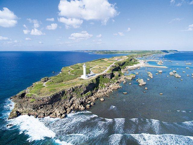 東平安名崎/宮古島的東南端,狹長的石灰岩半島頂端坐落著白色的燈塔,春季可以看到百...