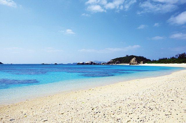 渡嘉敷島阿波連ビーチ/渡嘉敷島是慶良間群島中最大的島嶼,阿波連海灘擁有一大片白色...