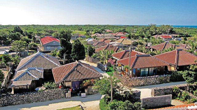 竹富島集落/多棟整齊劃一的紅瓦小屋聚落,彷彿靜止時光,保存著難得的懷舊風景。