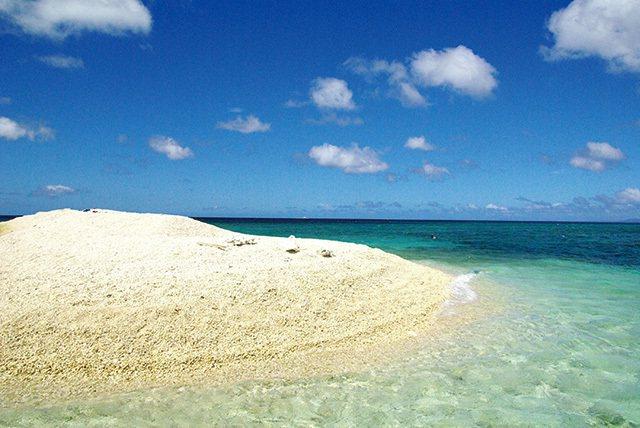 バラス島/清澈見底的透明水域與白色的珊瑚礁小島,經常可以看到海龜靠岸休息。
