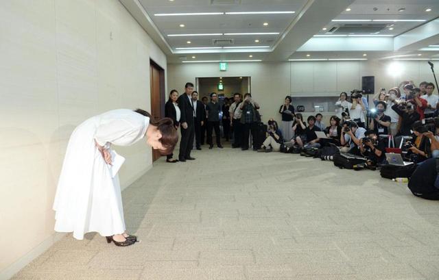 齊藤由貴向媒體90度鞠躬道歉。圖/摘自日刊體育