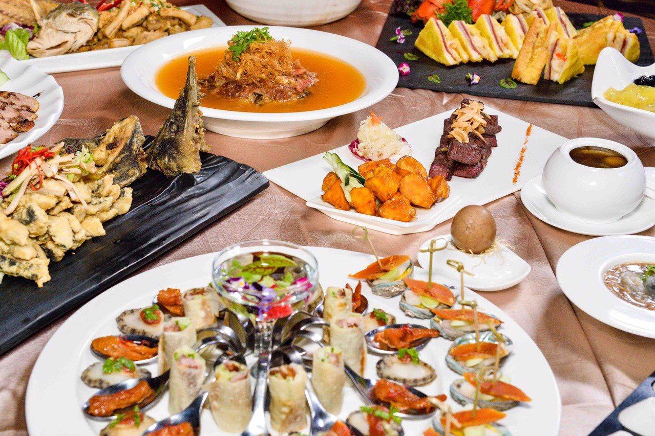 台中飯店業者看準夜市商機,將章魚小丸子、大腸包小腸、蚵仔麵線等逢甲夜市人氣小吃,...