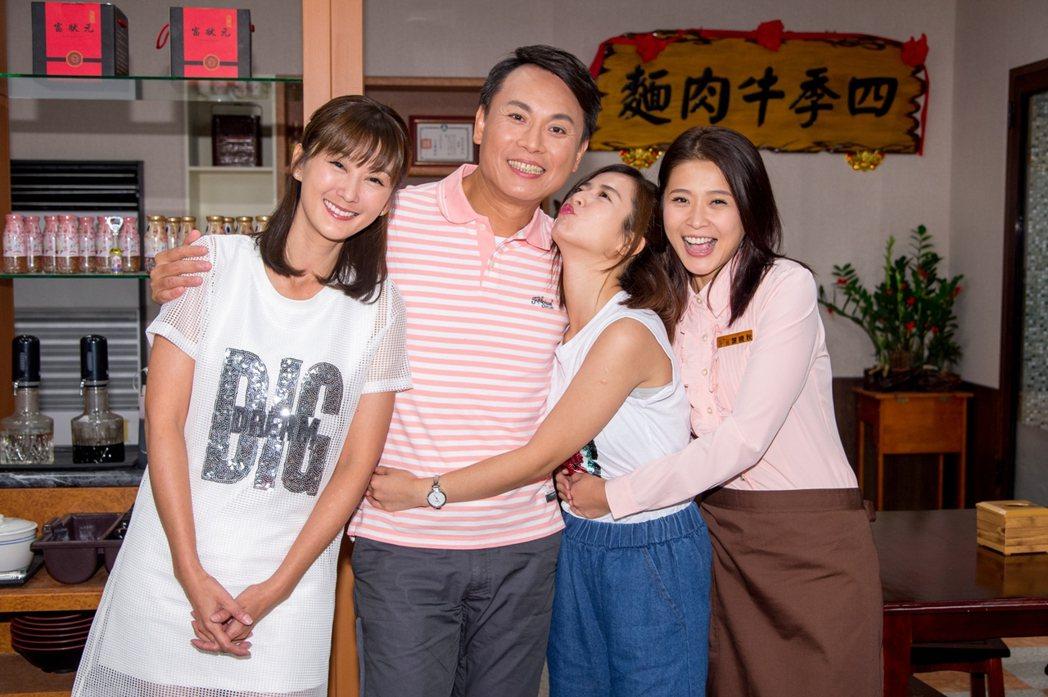 三立「一家人」中3位女兒提前為戲中老爸陳霆過父親節。圖/三立提供