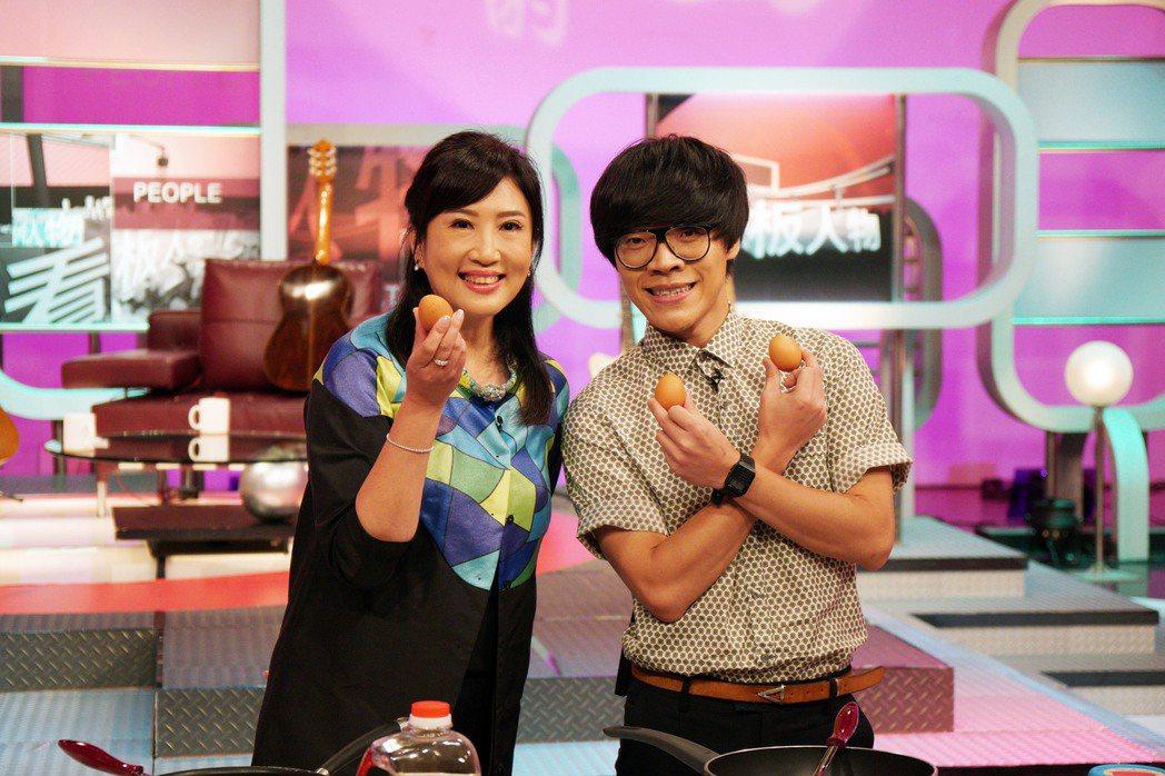 盧廣仲和方念華一起做蛋料理。圖/TVBS提供