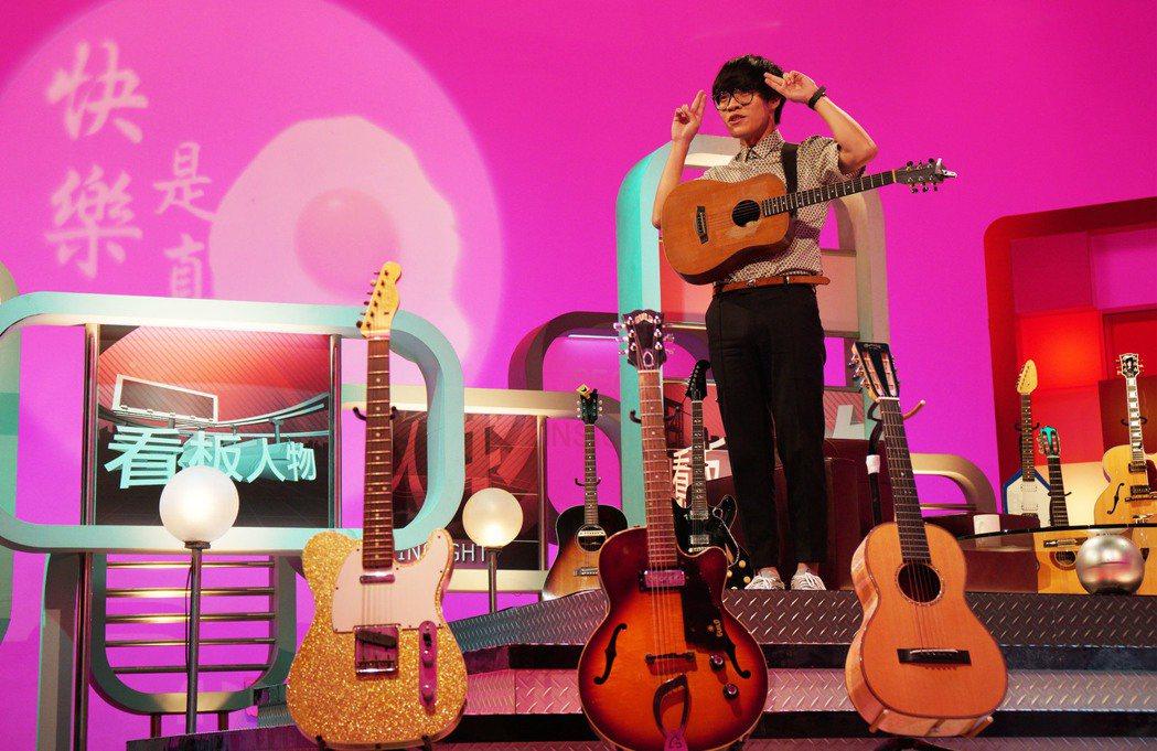 盧廣仲和他的15把吉他。圖/TVBS提供