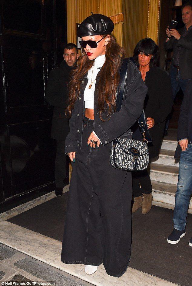 蕾哈娜也曾在活動中詮釋Oblique復古花紋包款。圖/Dior提供