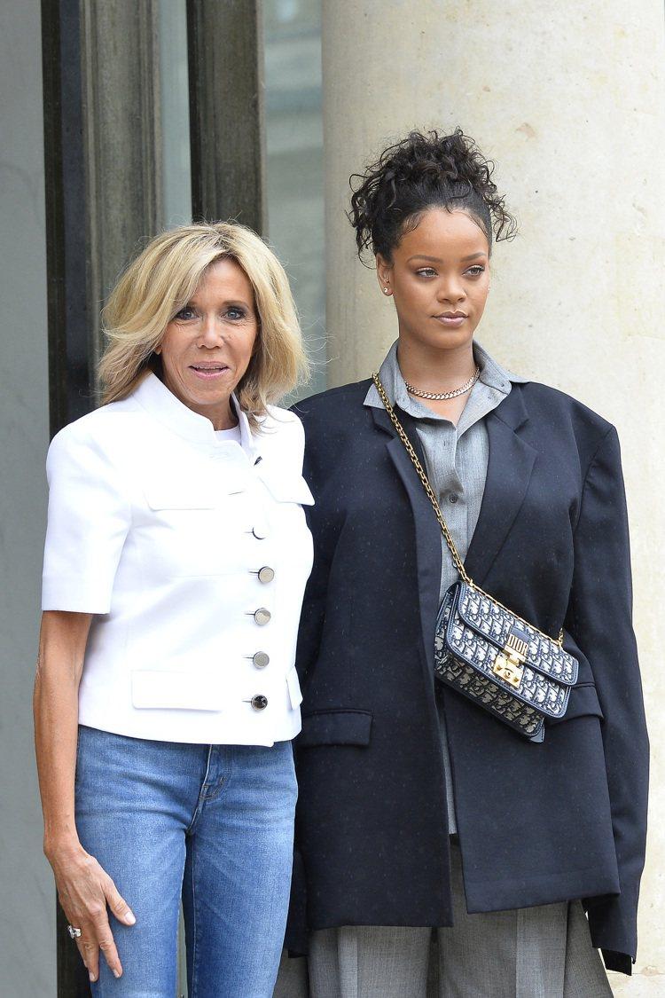 雷哈娜和法國第一夫人布莉姬會晤背著Oblique翻蓋包。圖/Dior提供