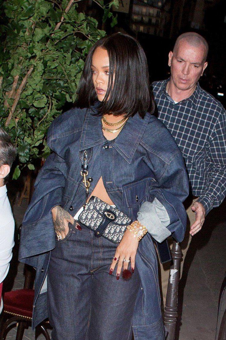 「衣服不好好穿」之雷哈娜詮釋Oblique小型側背包,挺俏皮的。圖/Dior提供