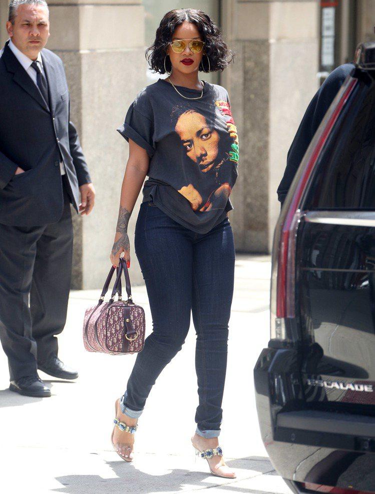 雷哈娜也有Oblique的球袋款式。圖/Dior提供
