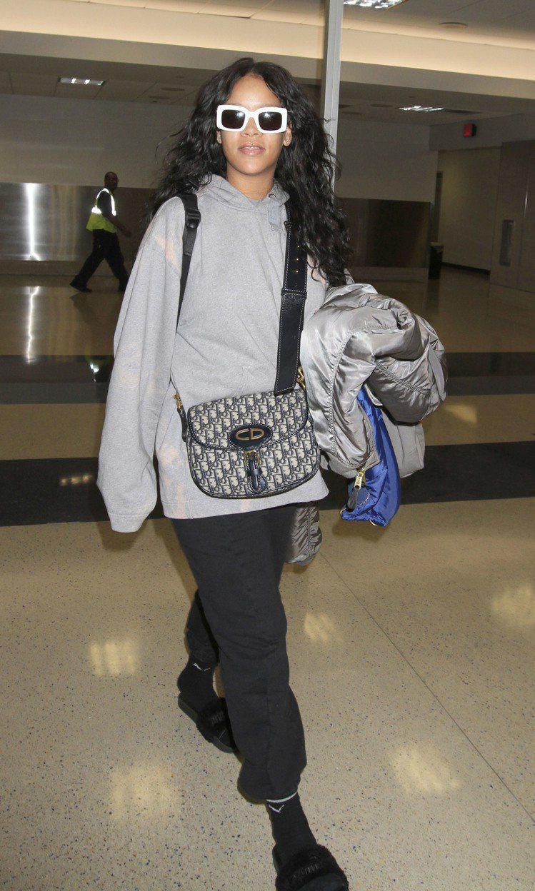 雷哈娜以她最擅長的運動風造型搭配Oblique馬鞍包。圖/Dior提供