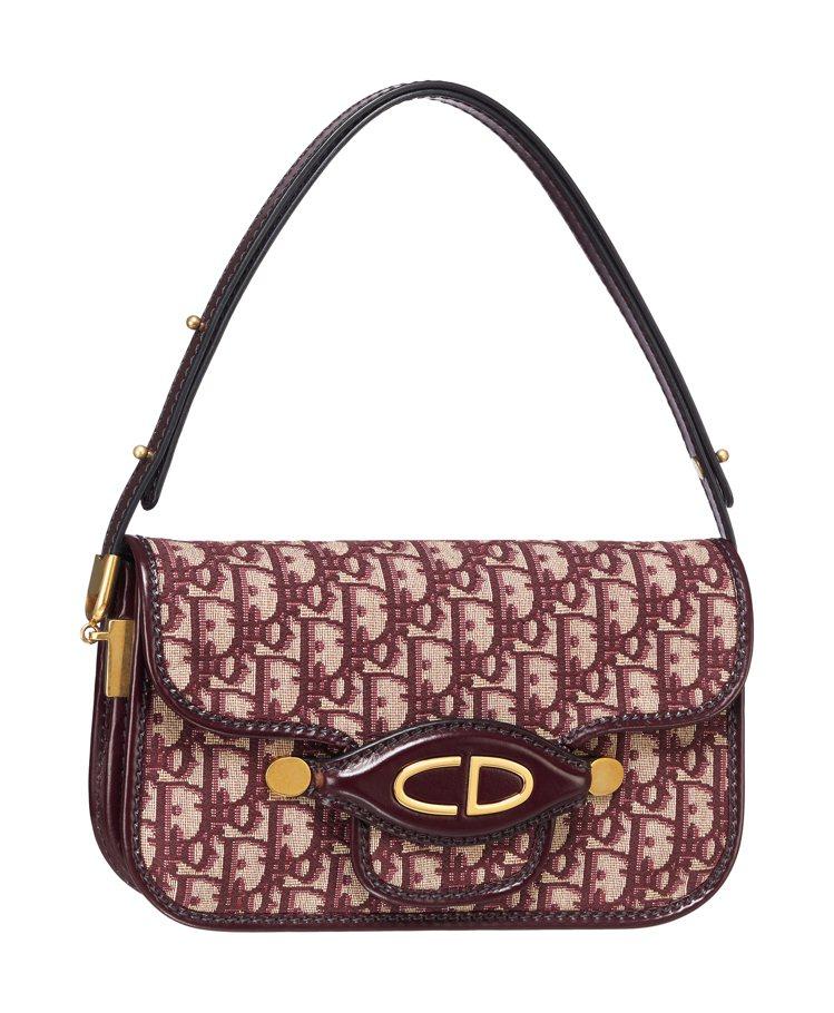 Oblique勃根地紅帆布小牛皮滾邊小型肩包,69,000元。圖/Dior提供