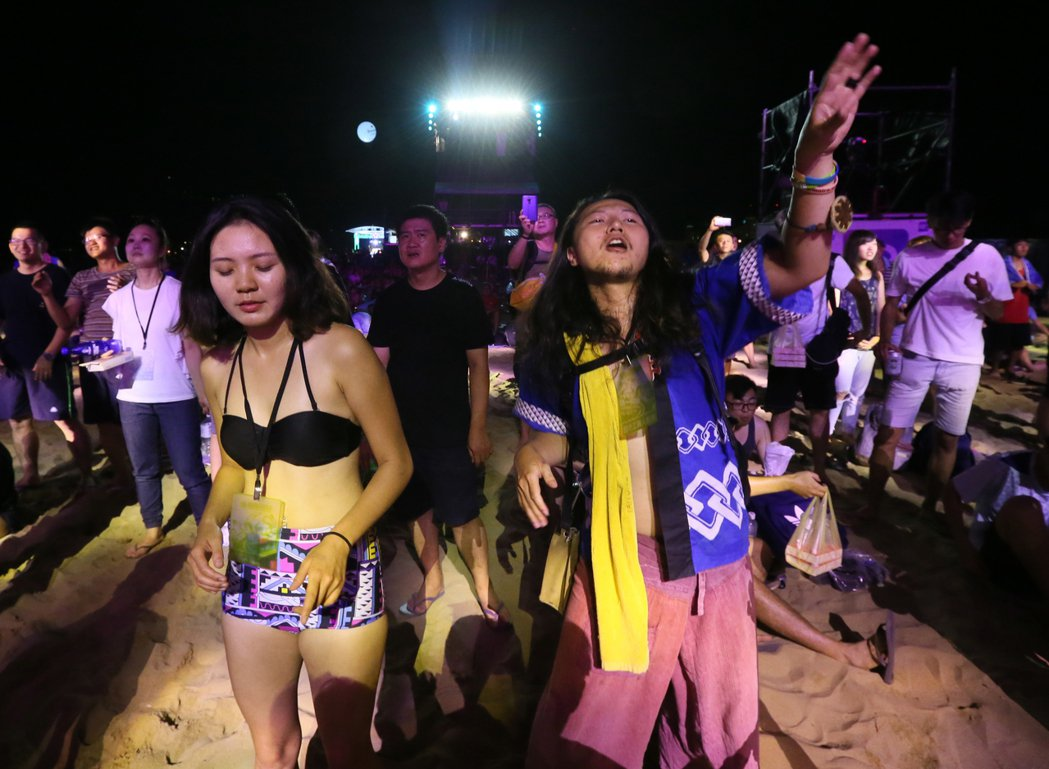 中國大陸視覺系搖滾團體二手玫瑰登上海音祭大舞台,帶來一連串的充滿中國式搖滾的曲目