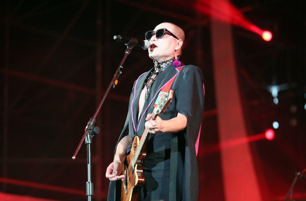 中國大陸視覺系搖滾團體二手玫瑰登上海音祭大舞台,帶來一連串的充滿中國式搖滾的曲目...