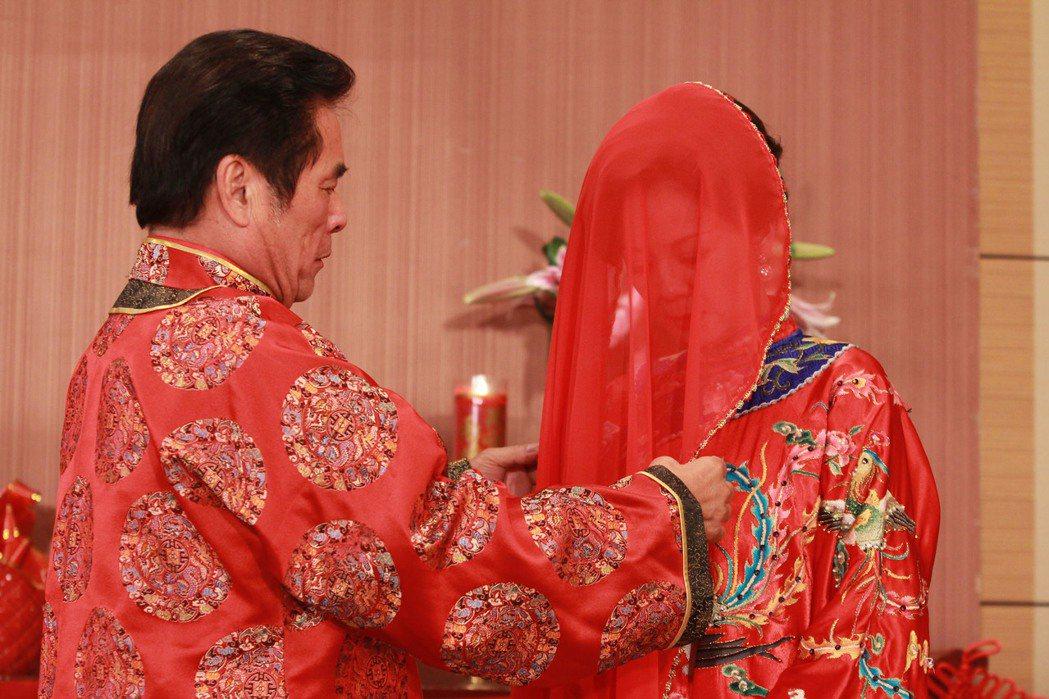 雷洪、高欣欣穿上古裝喜服辦「離婚典禮」。圖/民視提供