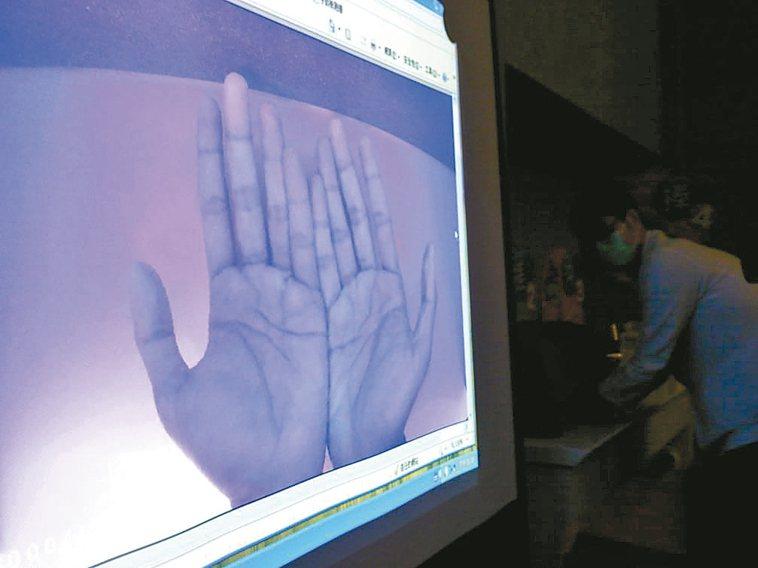 高雄長庚醫院使用螢光儀進行漂白水消毒實驗,證實500ppm濃度的效果最佳。 記者...