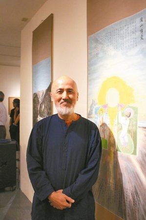 雄獅美術創辦人李賢文,五十歲後回歸自己最愛的畫家身分,身旁是他最喜愛的畫作「後山...